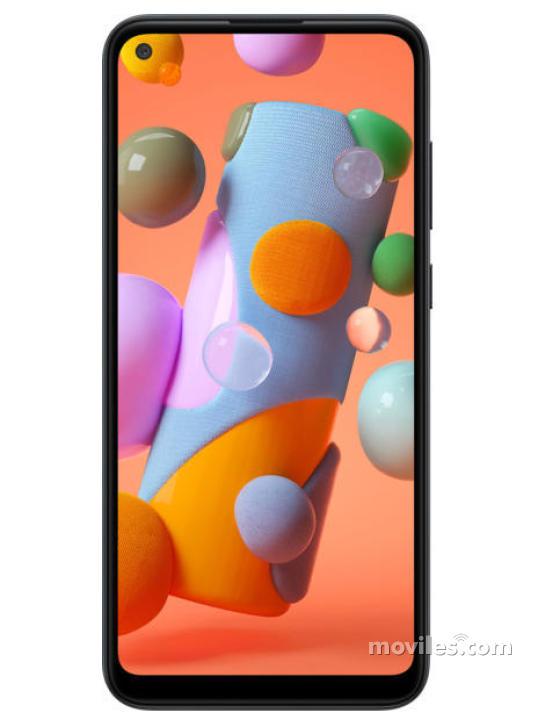 Fotografía grande Varias vistas del Samsung Galaxy A11 Azul y Blanco y Negro y Rojo. En la pantalla se muestra Varias vistas